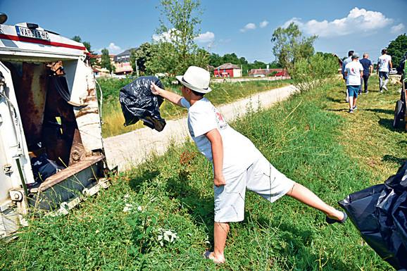 U akciji je uklonjeno desetak kubika smeća iz Ribnice i njene okoline