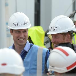 Książę William i książę Harry w kaskach na budowie. Który prezentuje się lepiej?