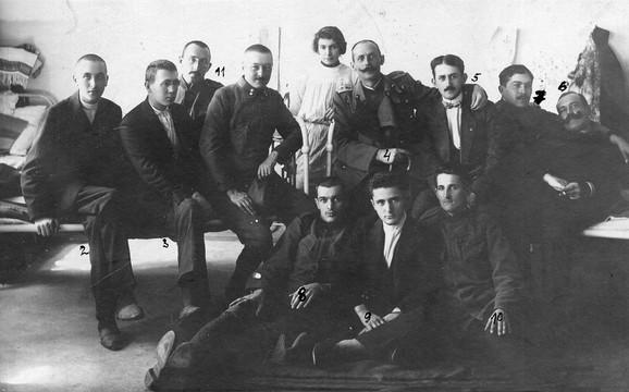 Rekonvalescenti posle preležanog tifusa u bolničkoj sobi br. 19 Niške okružne bolnice i (fotografija ispod) poleđina fotografije sa njihovim potpisima, mart 1915.