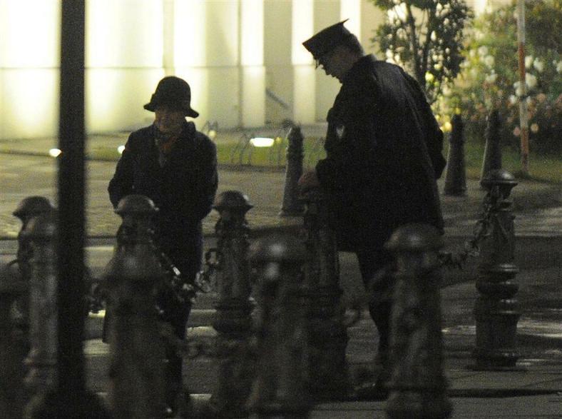 """Wieczorową porą fotoreporterzy """"Faktu"""" zrobili zdjęcia służbowego auta Hanny Gronkiewicz-Waltz"""