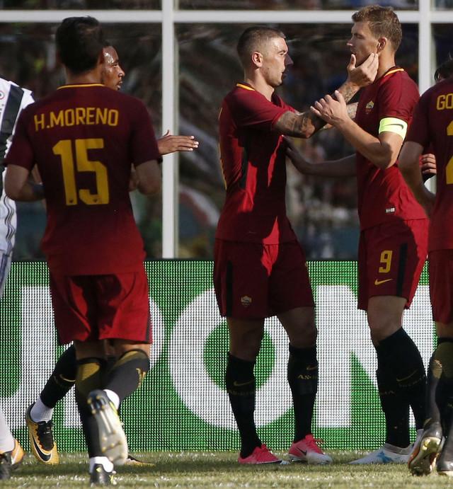 Aleksandar Kolarov i Edin Džeko slave akciju za gol Juventusu