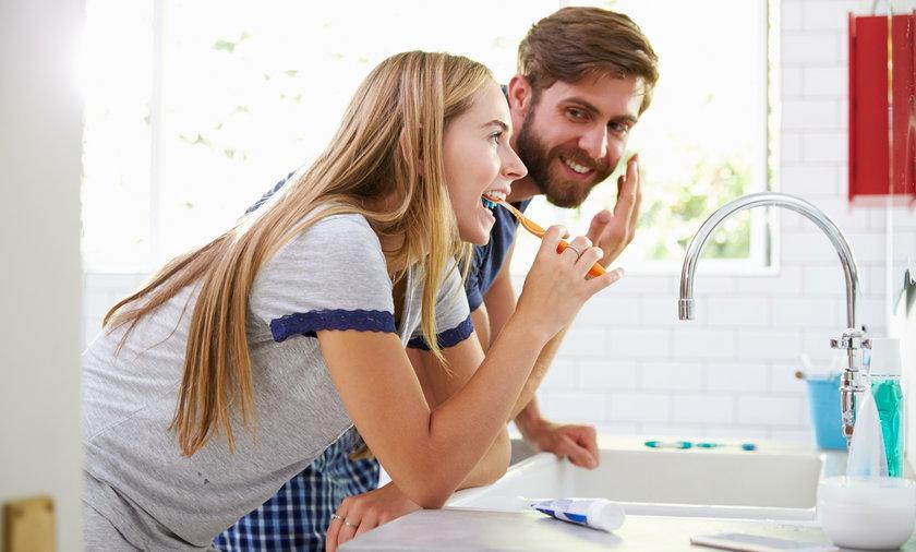 Kobieta i mężczyzna w łazience