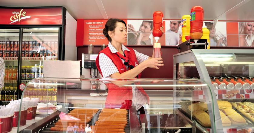 Za słynne hot dogi z Orlenu spółka płaciła przez jakiś czas wywalczone 5 proc. Od 1 lutego musi zmienić stawkę na 8 proc.