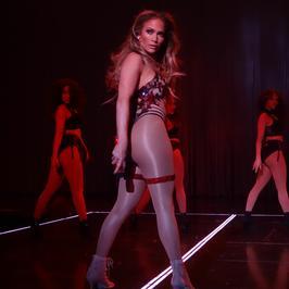 Jennifer Lopez wyginała się i prężyła w seksownym show