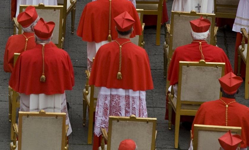 Rzym. Policjanci w strojach księży złapali oszustów przebranych za kardynałów