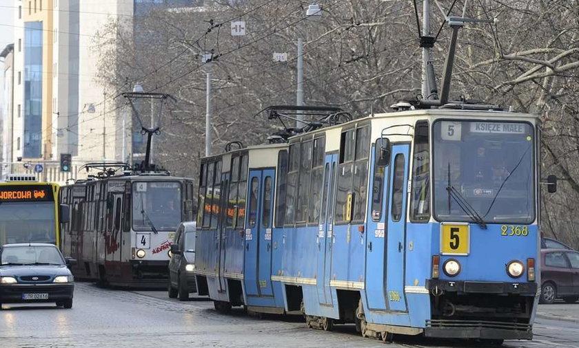 Groził pasażerom nożyczkami w tramwaju