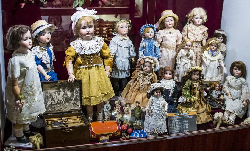 W zbiorze Muzeum znajdziemy wiele lalek z różnych okresów.