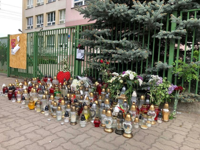 Kwiaty i znicze przed szkołą, w której doszło do tragedii