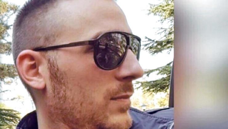"""Aleksandar Šarac bio je na parkingu tržnog centra na Novom Beogradu kada mu je prišao muškarac koji je zapucao iz pištolja """"bereta"""" sa prigušivačem.  Dva metka pogodila su Šarca u glavu, a napadač je pobegao."""