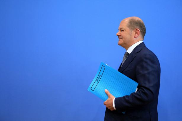 W badaniu poparcia dla kandydatów na kanclerza Olaf Scholz z SPD nadal wyraźnie wyprzedza swoich konkurentów