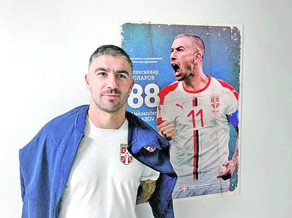 Aleksandar Kolarov uz prikaz sebe na zidu rekordera naše kuće fudbala