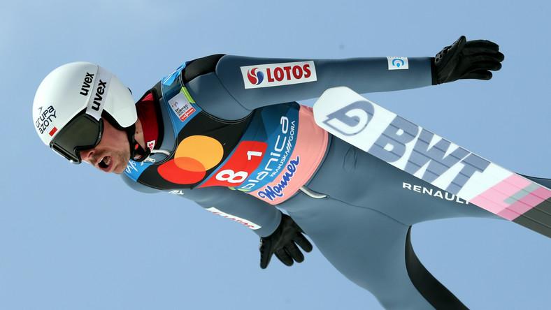 Piotr Żyła podczas 1. serii konkursu drużynowego zawodów Pucharu Świata w skokach narciarskich