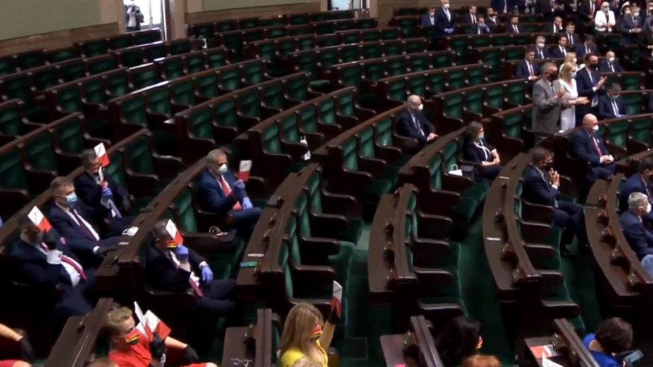 Andrzej Duda zaprzysiężony na drugą kadencję. Puste ławy opozycji