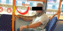 Nie miał maseczki, więc zasłonił twarz... wężem!