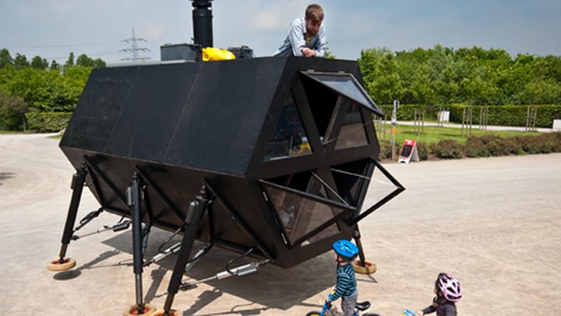 Dom, który chodzi to pomysł duńskiego studia N55. Ion Sørvin, Øivind Alexander Slaatto, Sam Kronick, który stoją za projektem przyznają, że zainspirowani kulturą koczowniczą i współczesną technologią