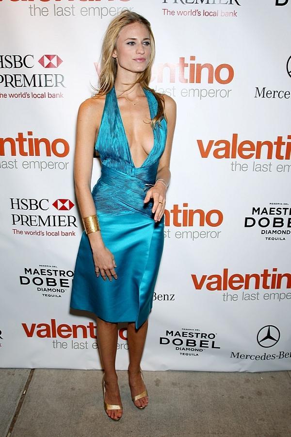23 letnia modelka w sukience z dekoltem do pasa zdj cia for Benetton 3 stawy katowice