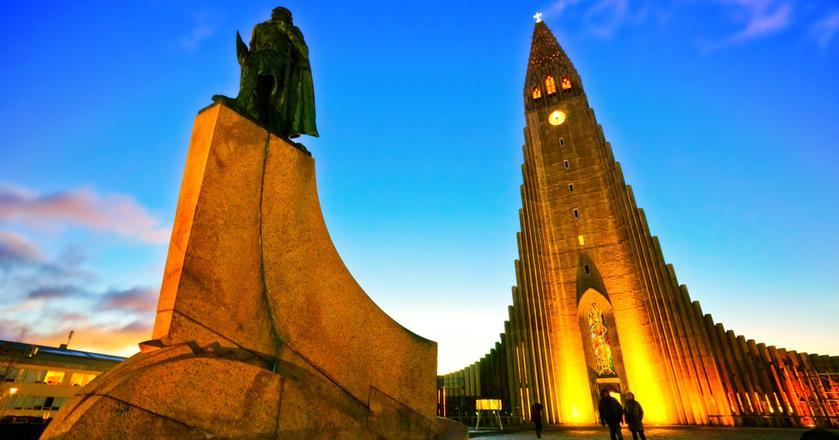 Hallgrimskirkja to najbardziej charakterystyczny punkt w panoramie Reykjaviku. Przed kościołem stoi pomnik Leifura Eirikssona - wikinga, założyciela osad na Grenlandii, któremu przypisuje się dotarcie do dzisiejszego półwyspu Labrador w Kanadzie. Nazywany jest islandzkim Krzysztofem Kolumbem