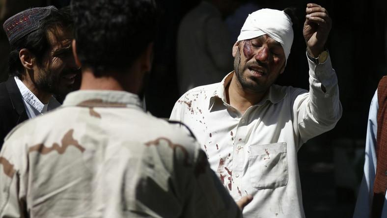 Zamach w Kabulu - ranny mężczyzna