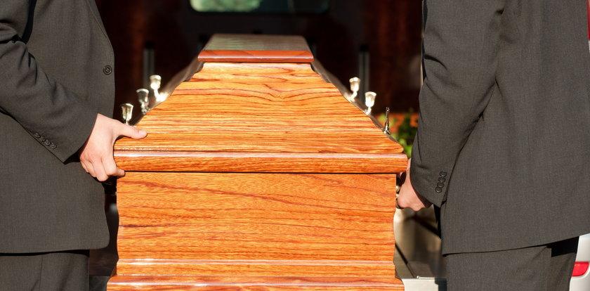 Chcieli pożegnać zmarłego. Gdy otworzono trumnę, zobaczyli obcą osobę. Koszmar w Bytowie