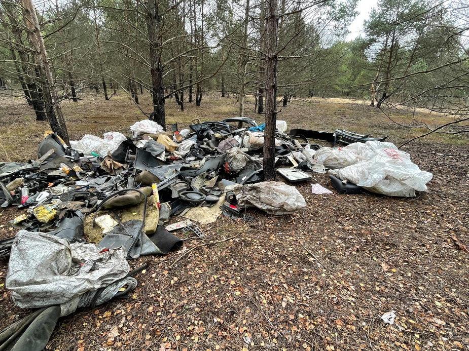 Nadleśnictwo Drawsko szuka właścicela śmieci. Wiemy co znaleziono w stercie śmieci !