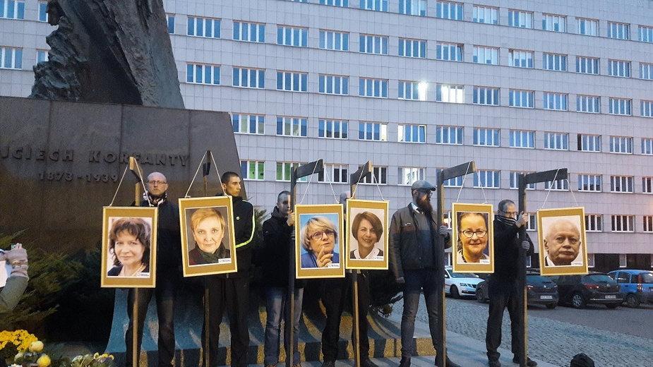 Zdjęcia europosłów powieszone na szubienicach