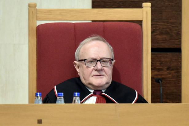 W piątek Biernat rozesłał dziennikarzom informację, że zamierza zakończyć urlop od 1 kwietnia. Była to jego odpowiedź na pismo Przyłębskiej w sprawie wykorzystania po 1 kwietnia 57 dni zaległego urlopu, co obejmuje praktycznie czas do końca jego kadencji (upływa ona 26 czerwca).