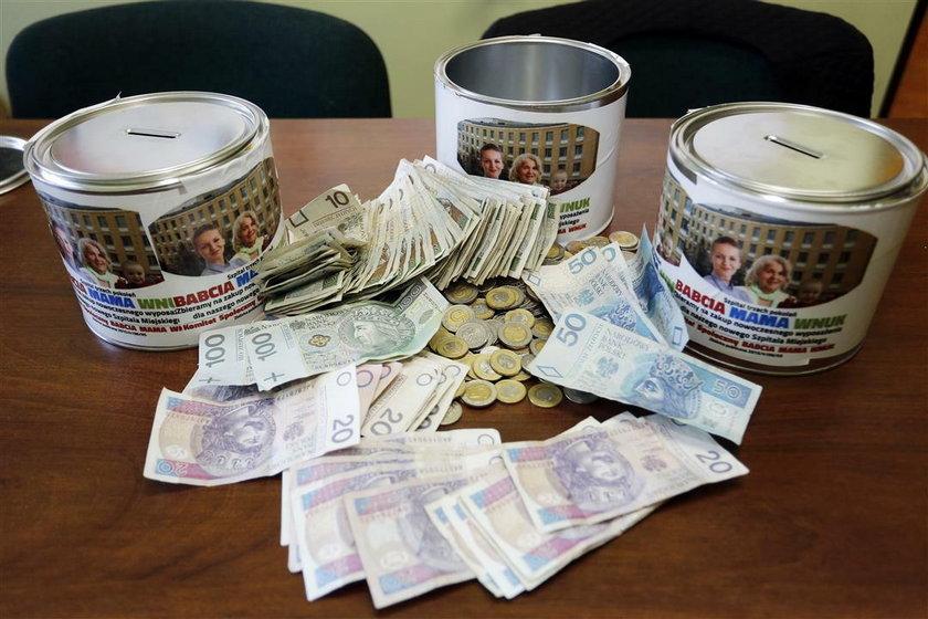 Puszki i zebrane przez uczniów pieniądze