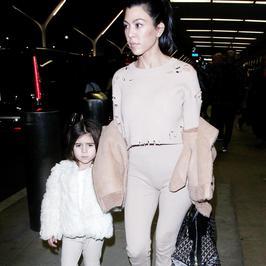 Kourtney Kardashian z córką na lotnisku. Jakie one stylowe!