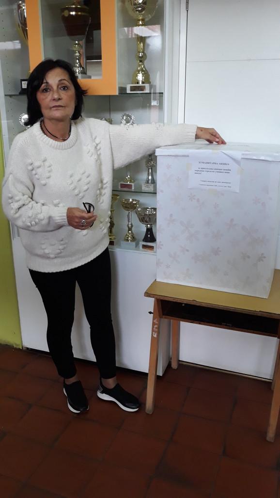 Psiholog Mirjana Radojević kraj kutije za sakupljanje humanitarne pomoći