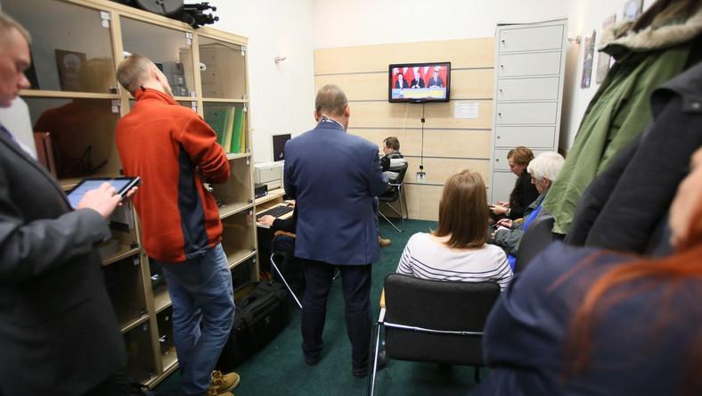Dziennikarze oglądają w Sejmie transmisję konferencji prasowej PiS