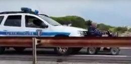 Tak policjanci holowali inwalidę. Zobacz FILM