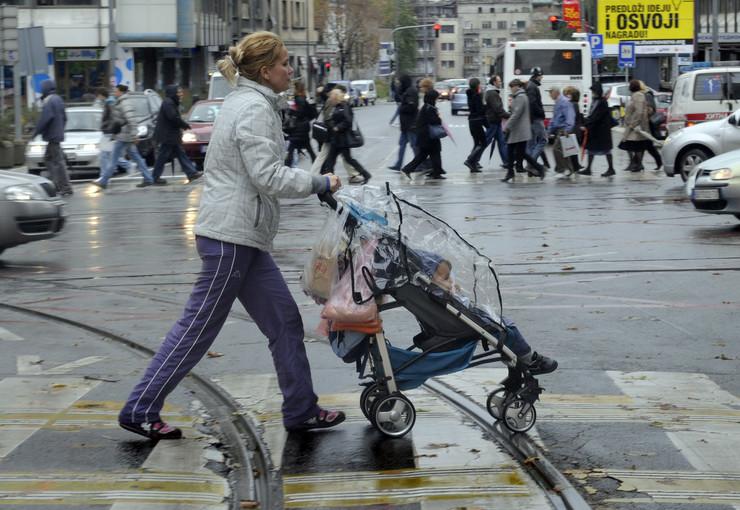 Mama u šetnji s bebom