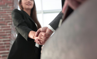 Z odwołanym członkiem zarządu trzeba też rozwiązać inne umowy