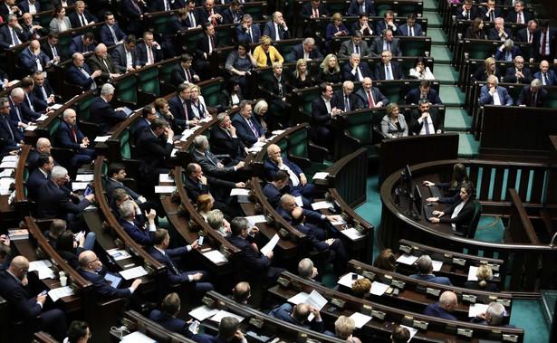To represyjne ustawy, bolszewicka narracja; widać w nich wzorce z sądownictwa III Rzeszy i PRL, gdzie sędziowie byli dyspozycyjni i podlegali władzy - tak posłowie opozycji ocenili w Sejmie projekt PiS zmian w ustawach sądowych. Wszyscy jesteście Banasiami, do kosza z tymi ustawami - mówili.