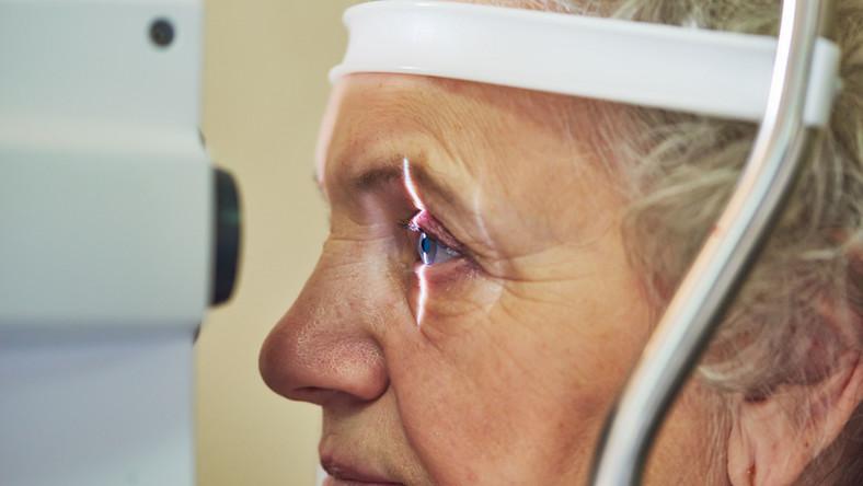Starsza kobieta bada oczy