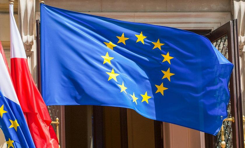 Kradną unijne flagi. Upodobali sobie dzielnicę prezesa PiS. Przypadek?
