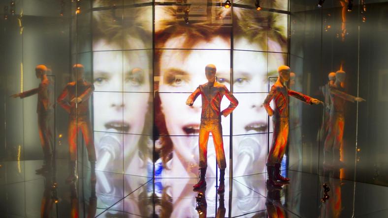"""Wystawa """"David Bowie Is"""" prezentuje ponad 300 eksponatów, w tym oryginalne stroje David Bowiego, rękopisy, fotografie i rysunki"""