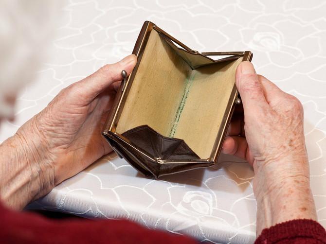 Shvatite, u Srbiji najveća opasnost od gladi i bede preti MLADIMA, a najmanja – starima... Jer jedini siguran prihod u ovoj zemlji je penzija!