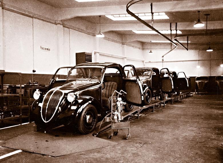 Linia montażowa Fiata Topolino. Samochód powstawał w Polsce pod koniec lat 30. Do napędu pojazdu służył 13-konny silnik. Topolino nie były tak popularne, jak model 508.  Wybuch drugiej wojny światowej  uniemożliwił dalszy montaż pojazdów.