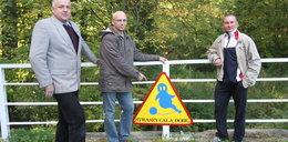 Radni ostrzegają znakiem: Na moście coś straszy