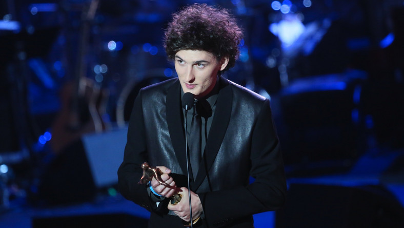 """Dawid Podsiadło miał szansę na statuetkę we wszystkich czterech kategoriach muzyki rozrywkowej i we wszystkich wygrał. Zwycięzca """"X Factora"""" został ogłoszony artystą i debiutantem roku. Płytą roku został jego album """"Comfort and Happiness"""", a przebojem –""""Trójkąty i kwadraty"""""""