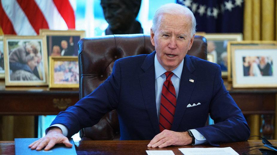 Joe Biden w Gabinecie Owalnym w Białym Domu