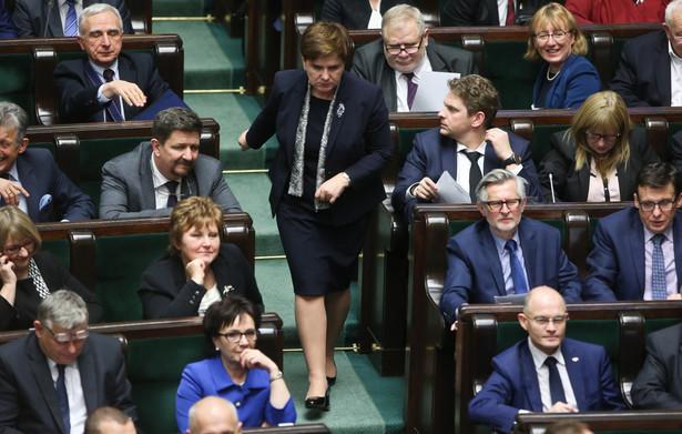 Grupa posłów reprezentująca większość sejmową składa następnie projekt pierwszej ustawy.