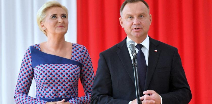 Wpadka prezydenta Andrzeja Dudy na rozpoczęciu roku szkolnego. Na szczęście na posterunku była małżonka