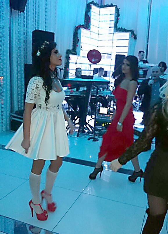 Jovana je nosila belu haljinu