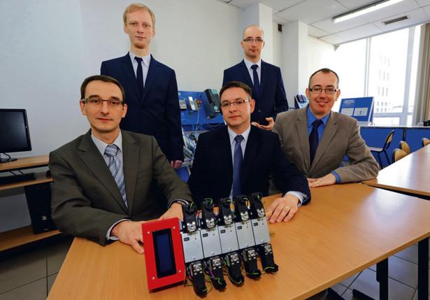 Dr inż. Jakub Takosoglu (siedzi z lewej) i jego zespół z Politechniki Świętokrzyskiej