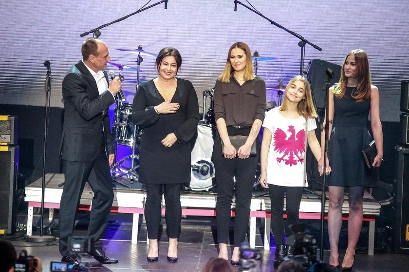Paweł Kukiz z żoną i córkami
