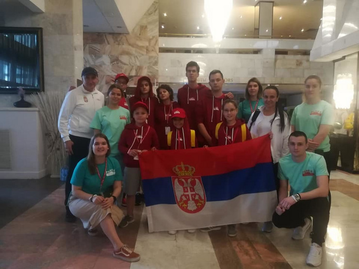 Naši mali pobednici sa volonterima NURDOR-a i ruskim volonterima
