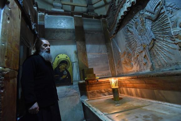 Sveštenik u grobnici Isusa Hrista u Hramu vaskrsenja Hristovog u Jerusalimu
