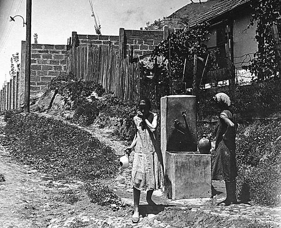 Pet godina nakon što je osnovana Jatagan mala nije imala ni vodu ni struju ni kanalizaciju, a stanovništvo se vodom snabdevalo sa tri česme koje je postavila opština